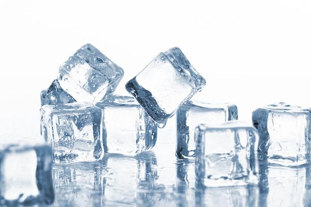 Cubitos de hielo mojados y fríos Foto gratis
