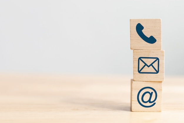 Cubo de madera con teléfono, correo electrónico y dirección. copyspace Foto Premium