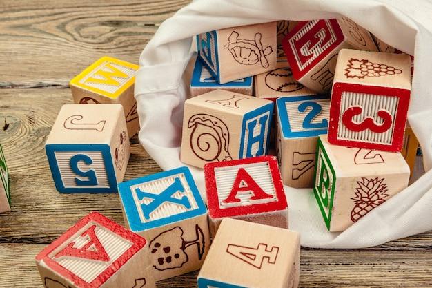 Cubos con letras sobre superficie de madera Foto Premium