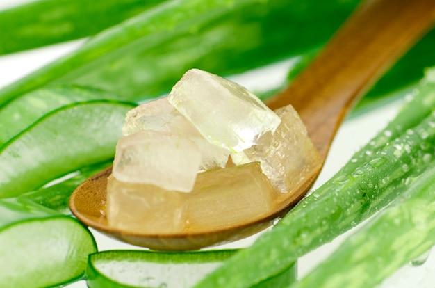 Cucharada de aloe vera el corte en cubo. | Foto Premium
