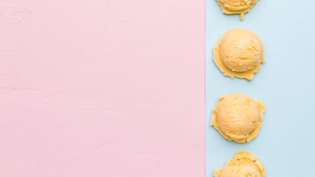 Cucharada de helado fresco en superficie multicolor Foto gratis