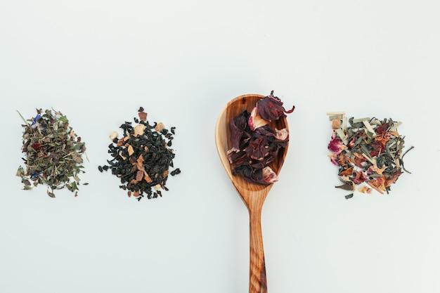 Cucharadita colmada de té seco Foto Premium
