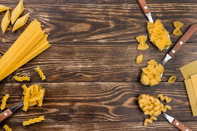 Cucharas con pasta en la mesa Foto gratis