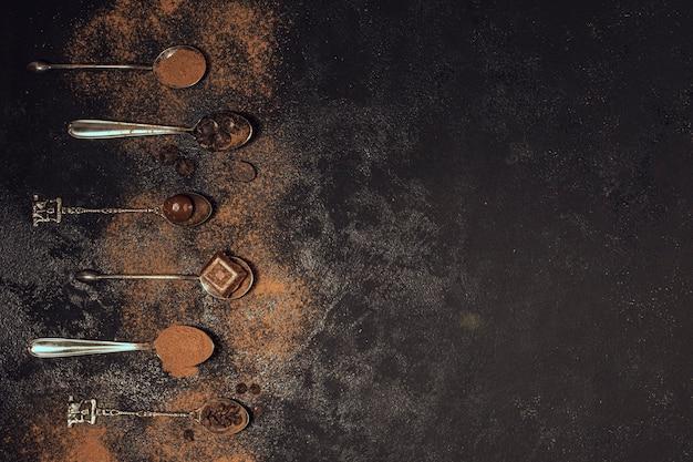 Cucharas rellenas de café en polvo. Foto gratis