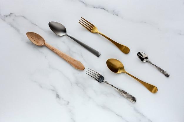 Cucharas y tenedores en blanco Foto Premium