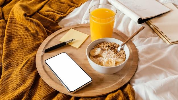 Cuenco alto con cereal y plátano Foto gratis