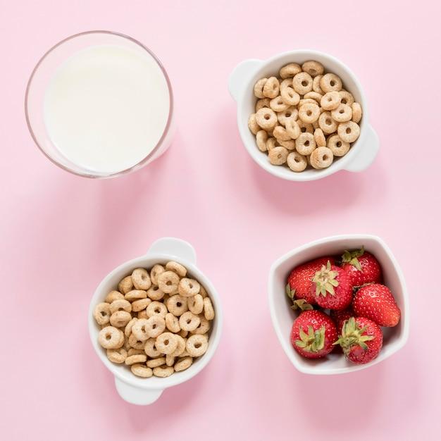 Cuencos con cereales y frutas. Foto gratis