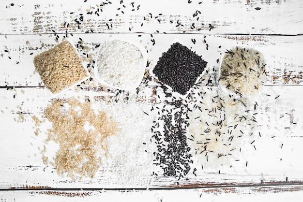 Cuencos cuadrados blancos con varios tipos de arroz. Foto gratis