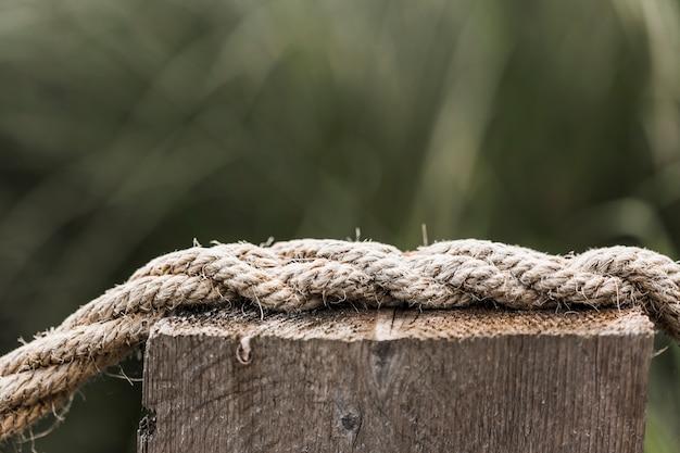 Cuerda de barco deshilachada en poste de madera Foto gratis