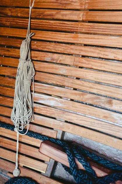 Cuerdas de barco anudadas para sostener las velas. Foto Premium