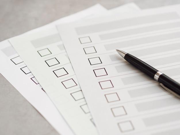Cuestionarios de elección múltiple de alto ángulo con bolígrafo negro Foto gratis