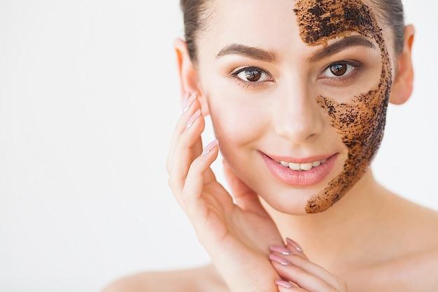 Cuidado de la piel facial. joven encantadora hace una máscara de ...