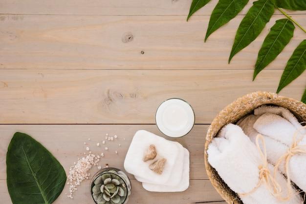 Cuidado de la piel implementos y hojas Foto gratis