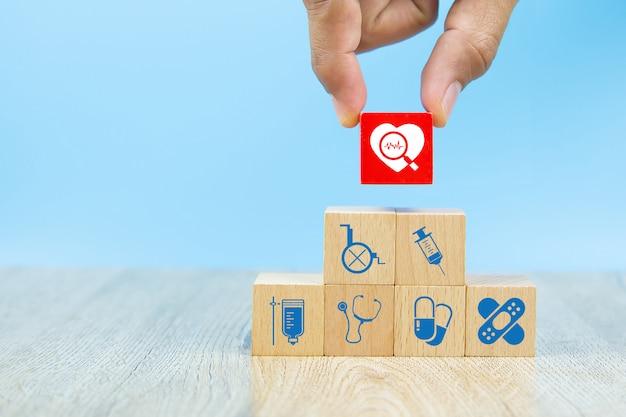 Cuidado de la salud y símbolos médicos en bloques de madera para conceptos de seguro de salud. Foto Premium