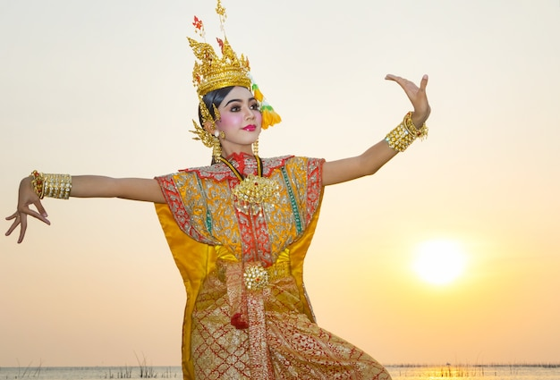 e03f0cc1b092 Cultura de arte baile tailandés en khon enmascarado benjakai en la  literatura ramayana, tailandia | Descargar Fotos premium