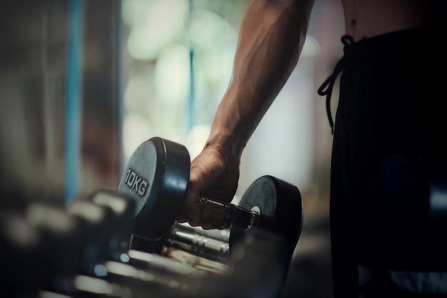 Culturista fuerte con músculos deltoides perfectos. Foto gratis