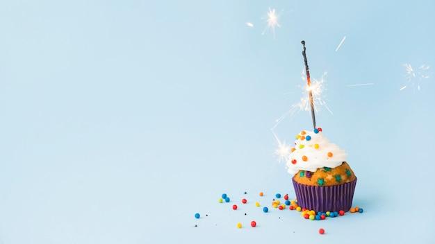 Cupcake de cumpleaños con bengala Foto Premium