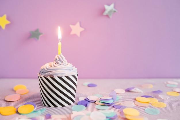 Cupcake delicioso con vela Foto gratis