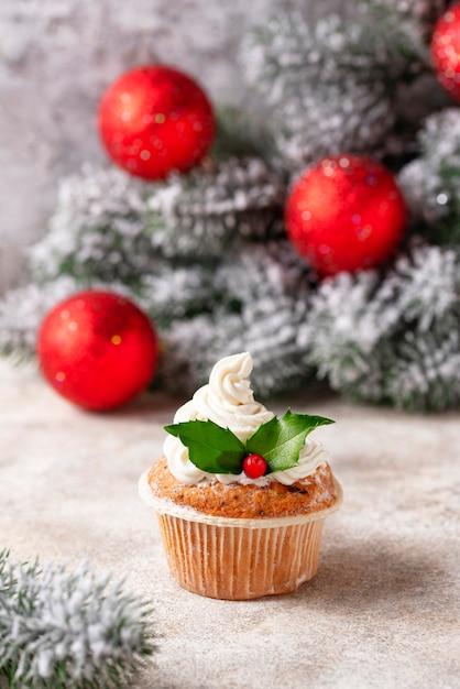 Cupcake festivo de navidad con hojas de acebo Foto Premium