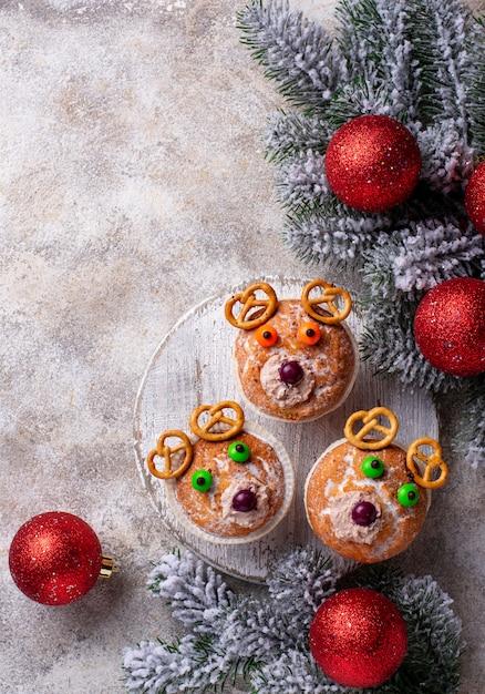 Cupcake navideño en forma de ciervo u oso Foto Premium