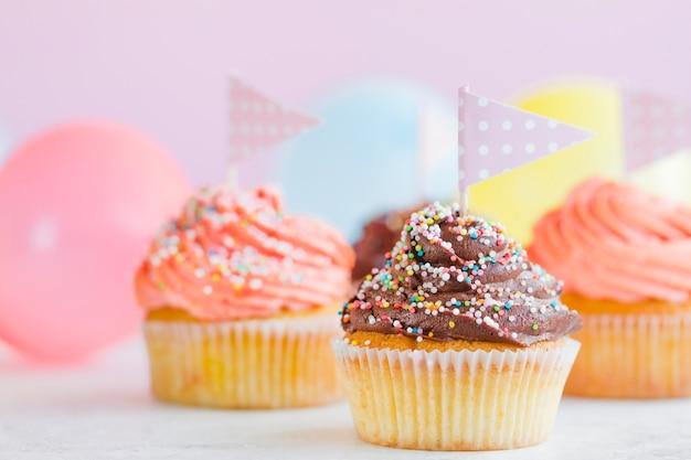 Cupcakes con banderas y globos Foto gratis