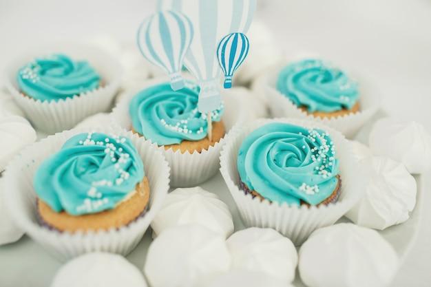 Cupcakes con glaseado azul servido en placa blanca Foto Gratis