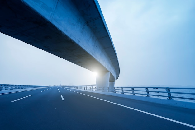 Curva del camino concreto del viaducto en shangai china al aire libre Foto Premium