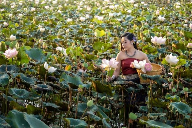 Cuture de tailandia de las mujeres asiáticas con el vestido tradicional del loto. Foto Premium