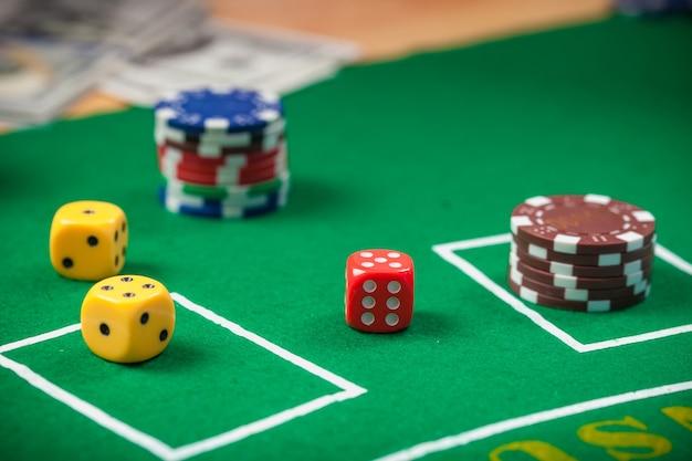 Dados En La Mesa De Juego De Casino Fichas De Poker Y Billetes De
