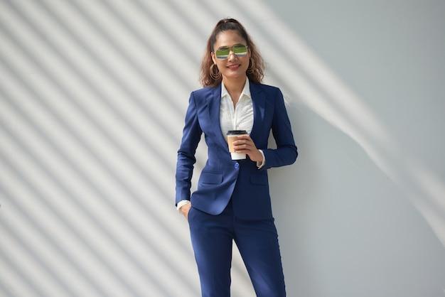 Dama de negocios con estilo Foto gratis