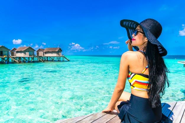 Mujer de vacaciones protegida del Sol