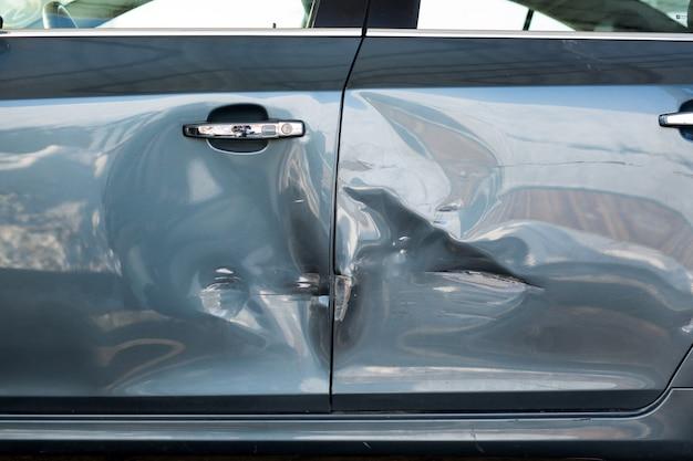 Daño de chapa en coche azul. accidente de tráfico Foto Premium