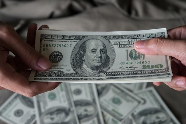 Dar un dinero de estados unidos en dólares (usd) Foto gratis