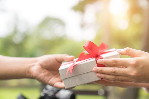 Dar regalo | Foto Premium