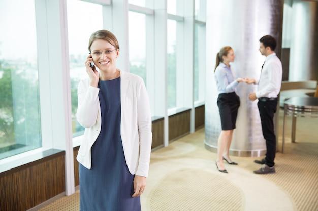 De negocios hablando por tel fono en la oficina 1 for Telefono de la oficina