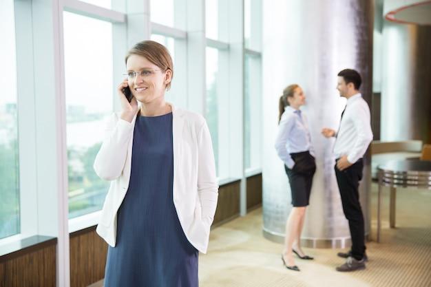 De negocios hablando por tel fono en la oficina 2 for Follando en la oficina gratis