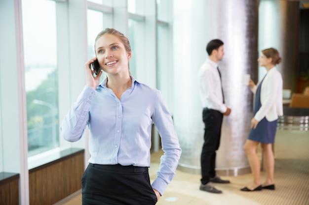 De negocios hablando por tel fono en la oficina 6 for La oficina telefono