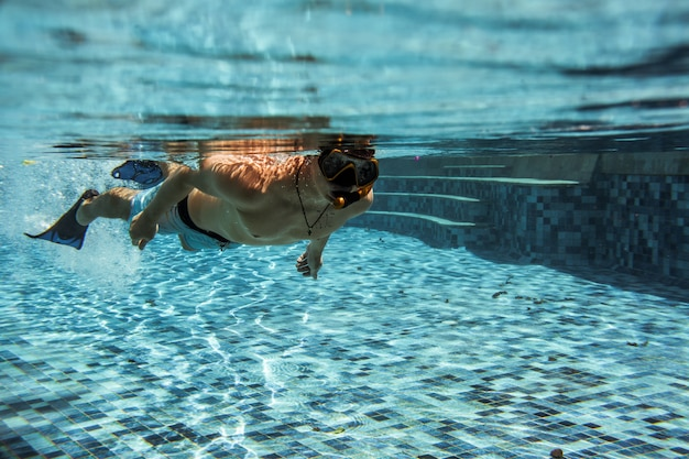 Debajo de la piscina Foto gratis