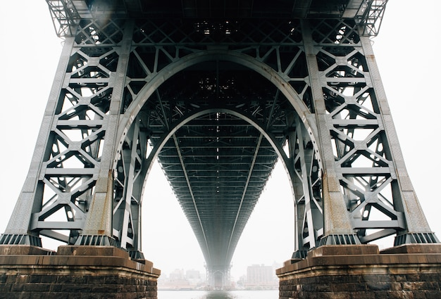 Debajo del plano del puente de brooklyn en nueva york Foto gratis
