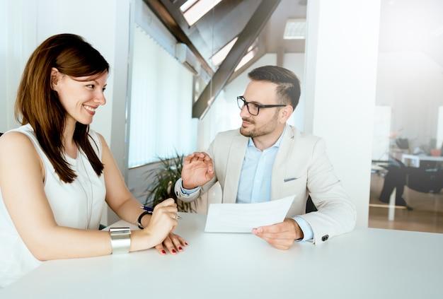 La decisión perfecta. gran retroalimentación en la entrevista. gran consulta. Foto Premium
