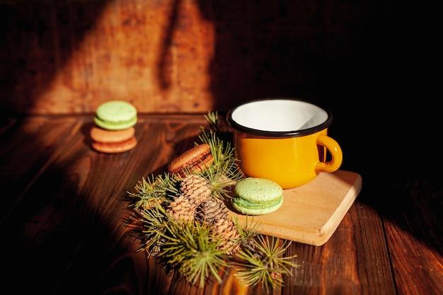 Decoración de alto ángulo con taza y galletas Foto gratis
