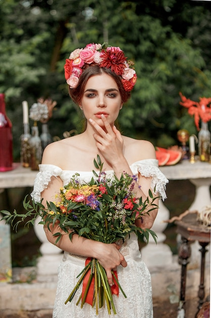 Decoración de boda al estilo boho, arreglo floral, mesa decorada en el jardín. Foto gratis