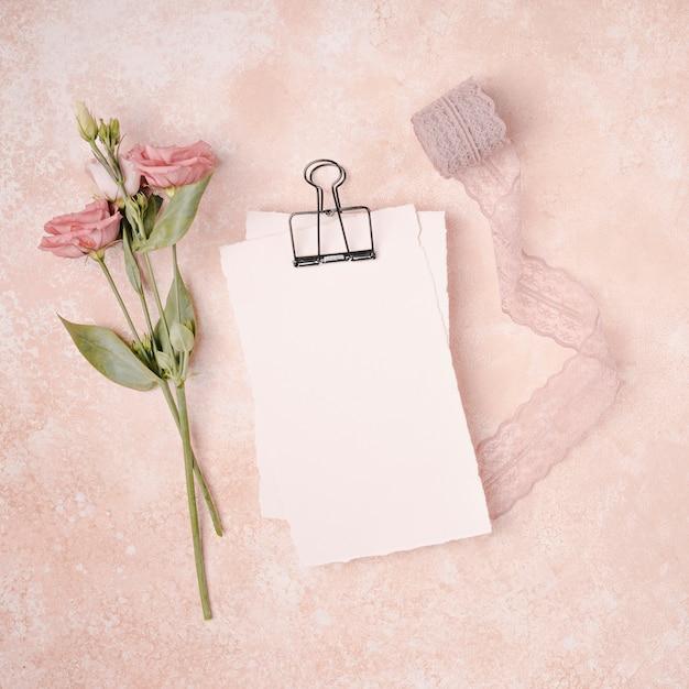 Decoración de boda plana con flores y cinta Foto gratis