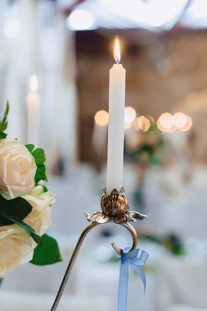 Decoración de ceremonia de boda, sillas, arcos, flores y decoración variada. Foto gratis