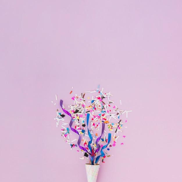 Decoración de cumpleaños con confeti Foto gratis