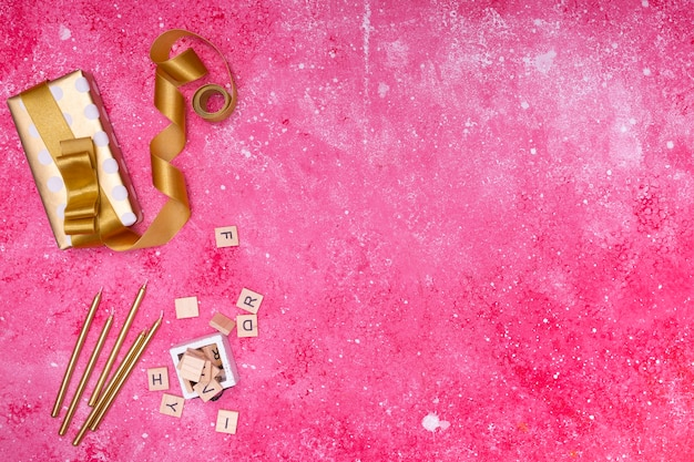 Decoración de cumpleaños en mármol rosa con copia espacio. Foto gratis