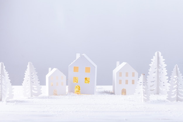 Decoración con edificios de papel y abetos. Foto gratis