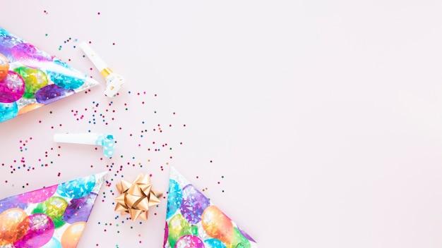 Decoración festiva con artículos de cumpleaños y espacio de copia. Foto gratis