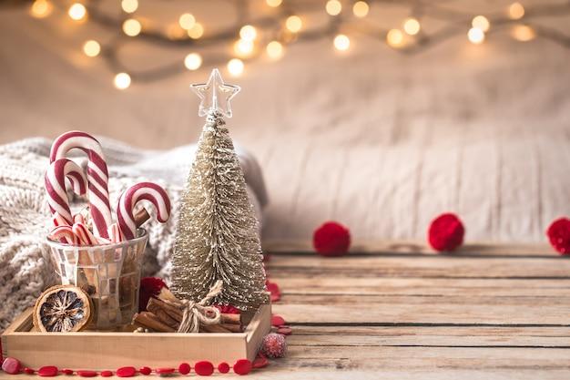 Decoración festiva de navidad bodegón sobre fondo de madera, concepto de confort en el hogar y vacaciones Foto gratis