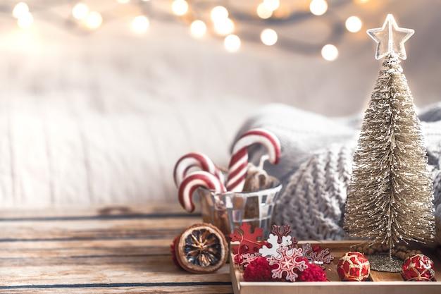 Decoración festiva de navidad bodegón sobre fondo de madera Foto gratis
